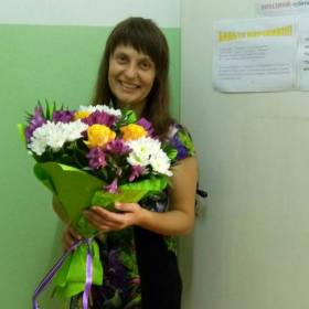 Счастливая получательница с букетом цветов - фото