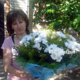 Именинница с букетом белых хризантем - фото