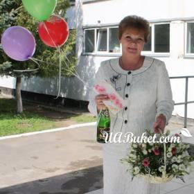 Корзина с цветами, шампанское и шарики для получательницы - фото