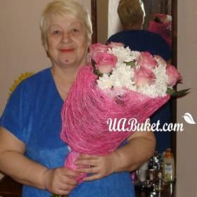 Нежные розы и хризантемы для бабушки - фото
