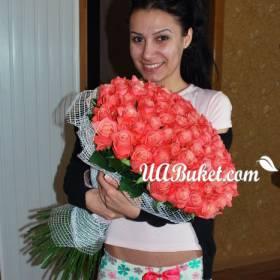 Яркий букет роз для счастливой получательницы - фото