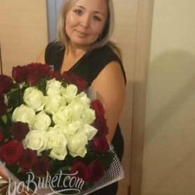 Букет из белых и красных роз для получательницы - фото