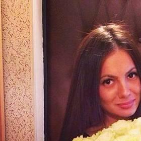 Большой букет белых роз для девушки - фото