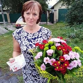 Получательница с букетом из хризантем и конфетами - фото
