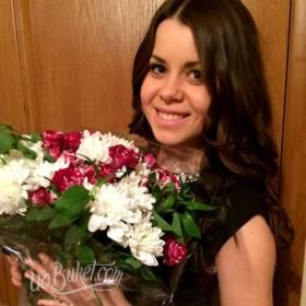 Девушка с букетом из кустовых роз и хризантем - фото
