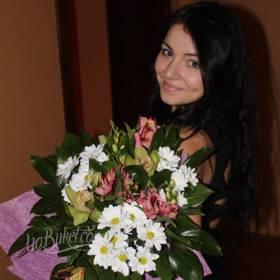 Девушка с букетом альстромерий и хризантем - фото