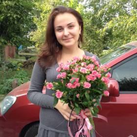 Девушка с букетом розовых кустовых роз