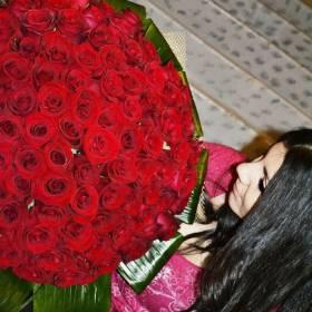 Красные розы для счастливой получательницы - фото
