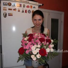 Девушка с разноцветными розами - фото