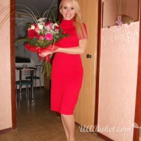 Девушка с красно-белым букетом в руках