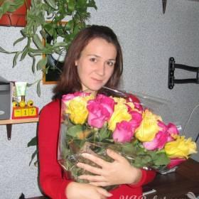 Букет из желтых и малиновых роз в руках у девушки