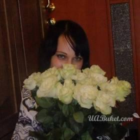Получательница белых роз - фото