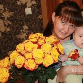 Девушка с яркими розами - фото
