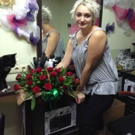 Девушка с корзинкой красных роз