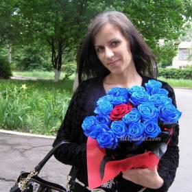 Синие розы в руках девушки