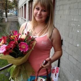 девушка со сборным букетом и корзинкой сладостей