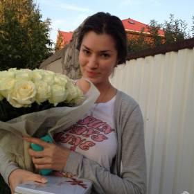 Девушка с букетом белых роз и конфетами