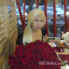 Девушка с большим букетом красных роз