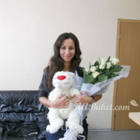 Девушка с игрушкой и букетом роз