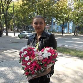 Девушка с сердцем из роз в руках