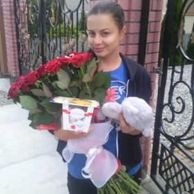 Девушка с букетом роз и Раффаелло - фото