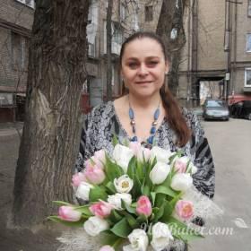 Девушка с букетом розовых и белых тюльпанов