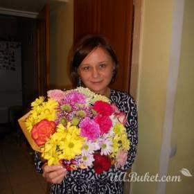 Девушка с пестрым букетом роз и хризантем