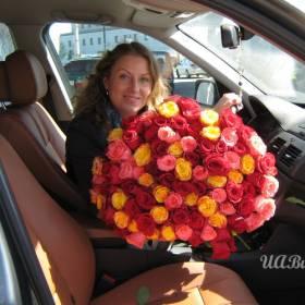 Девушка с букетом ярких украинских роз