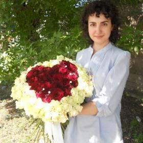 Девушка с букетом роз в форме сердца