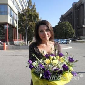 Девушка с букетом роз и эустомы