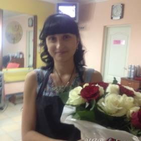 Девушка с розами в белой упаковке - фото
