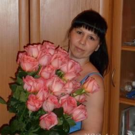 Девушка с розами сорта Ангажемент