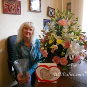 Композиция в кашпо из лилий, эустомы, хризантемы для именинницы - фото