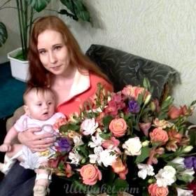 Девушка с ярким букетом из роз, альстромерий и эустом