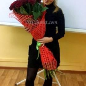 Девушка с розами в момент доставки