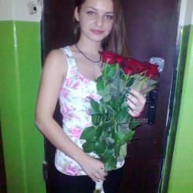 Именинница с красными розами  - фото
