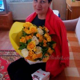 Женщина с букетом желтых роз
