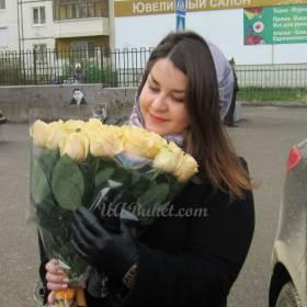 Девушка с большим букетом роз