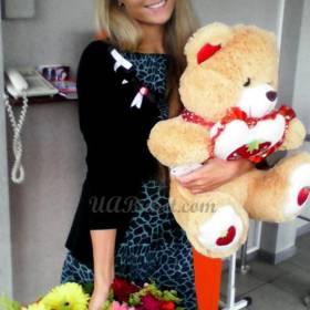 Счастливая получательница корзины гербер и медведя