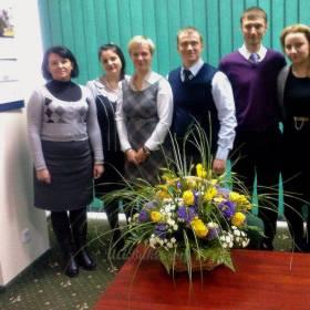 Коллектив с цветочным презентом от коллег