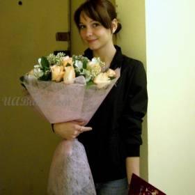 Девушка с букетом цветов и тортом