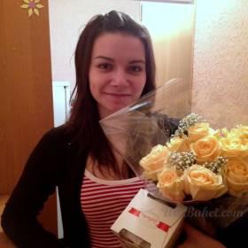 Девушка с розами Пич Аваланч - фото