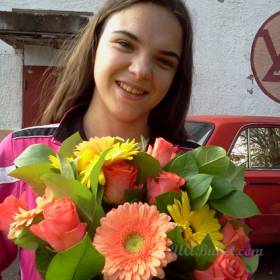 Девушка с букетом роз и гербер