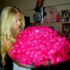 Девушка с большим букетом розовых роз - фото