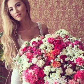Девушка с роскошным букетом - фото