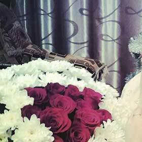 Белые хризантемы и красные розы для счастливой получательницы - фото