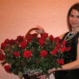 Девушка с корзиной красных роз - фото