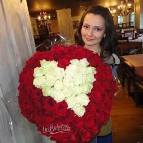 Девушка с букетом из роз в форме сердца - фото