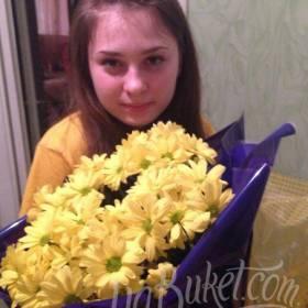 Именинница с букетом желтых хризантем - фото