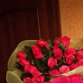 Девушка с букетами из розовых роз - фото